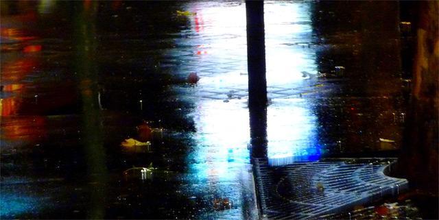 la pluie, la nuit, sur le tottoir