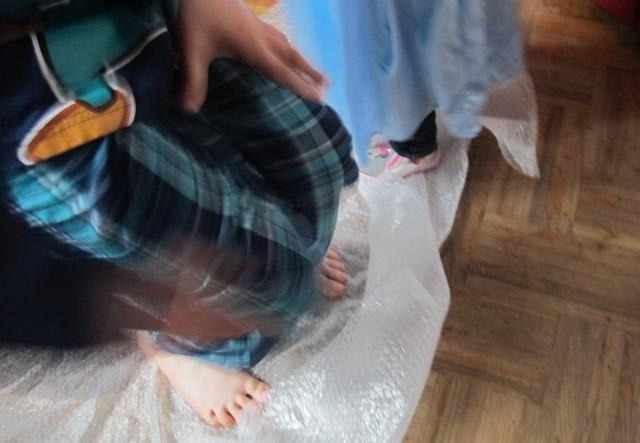 danse-enfant-sur-du-papier-a-bule