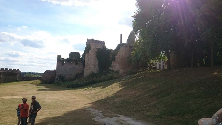 chateau-bressuire-02