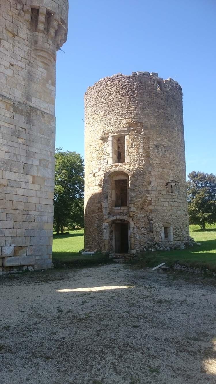 Veillies ruines de l'Abbaye de la Réau dans la Vienne, pays du Futuroscope