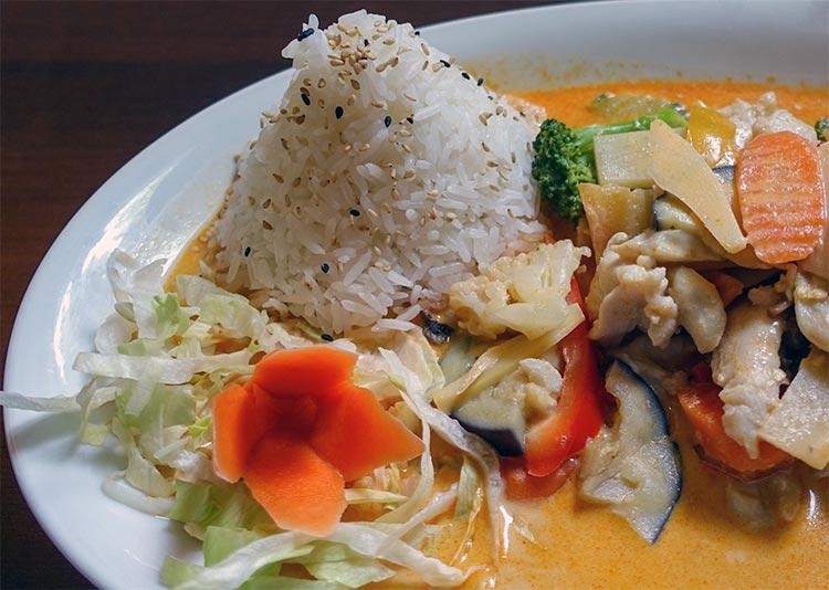 Sauce au curry accompagné de riz et de poisson